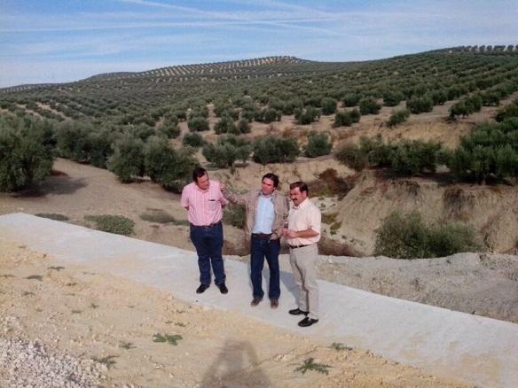 José Castro y Miguel Moreno visitan la carretera que une Porcuna con Cañete de las Torres.
