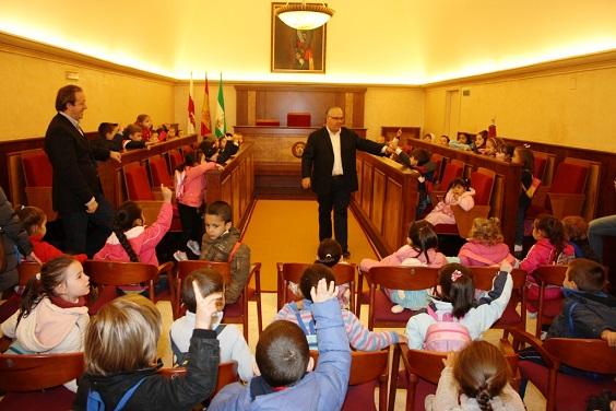 El alcalde de Andújar ha mantenido un encuentro en el salón de Plenos con un grupo de Alumnos de Educación Infantil.
