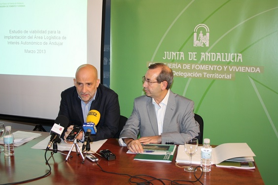 El director gerente de la Agencia Pública de Puertos de Andalucía, Miguel Paneque, y el delegado de Fomento y Vivienda, Juan Antonio Sáez Mata.