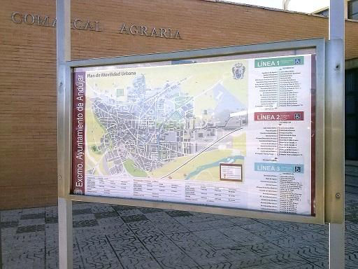 Nuevo panel informativo sobre el autobús colocado en una calle de Andújar.