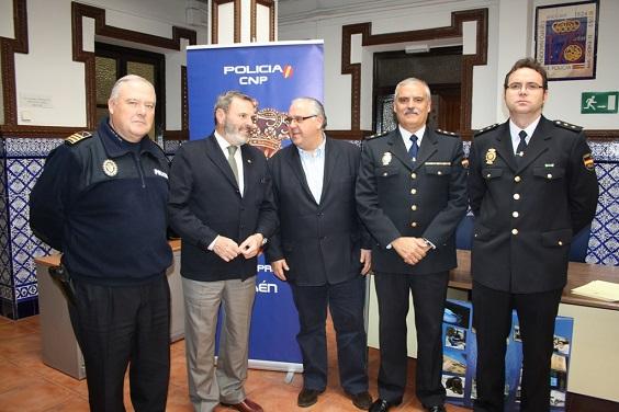 El subdelegado del Gobierno, Juan Lillo, y el alcalde de Andújar, Jesús Estrella, junto a miembros de la Policía Local y Policía Nacional.