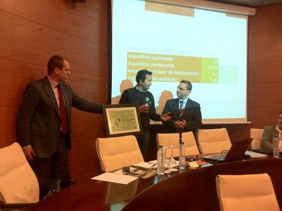 """Entrega del Premio de Sostenibilidad Ambiental """"Santa Bárbara"""" a la empresa Áridos Guadalimar."""