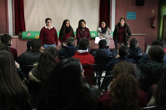La concejala, Lola Martín, junto a personal docente y alumnos del centro.