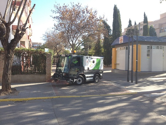 Limpieza en una calle de Andújar.