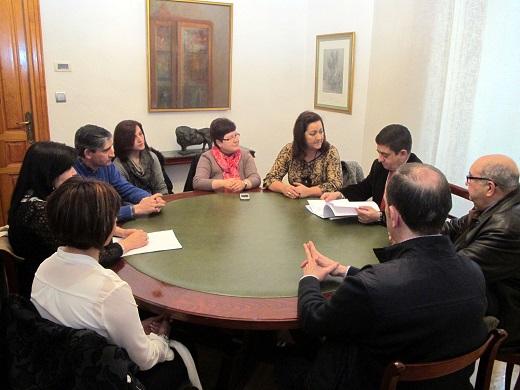 Francisco Reyes ojea un dossier que le ha entregado la presidenta de esta Federación.