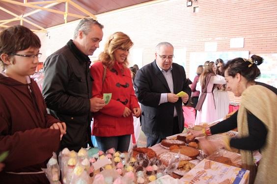 El alcalde de Andújar y la Concejala de Educación adquieren diversos productos.