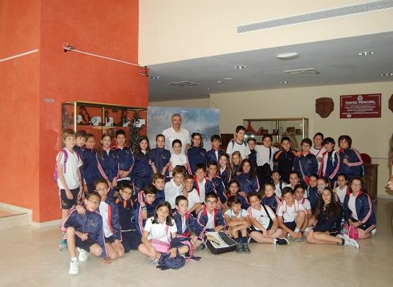 El concejal de Medio Ambiente, Pedro Alcántara, junto a un grupo de escolares.
