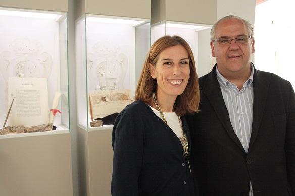 El alcalde de Andújar, Jesús Estrella, y la concejala de Cultura, Delia Gómez, en esta exposición.