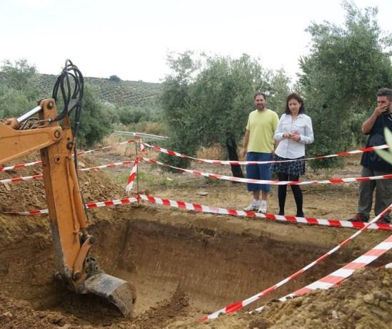La máquina excavadora trabaja en la finca del Saetal, en Lopera.