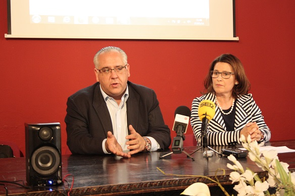 El alcalde de Andújar, Jesús Estrella y la concejala de Familia, Salud y Servicios Sociales, Lola Martín.