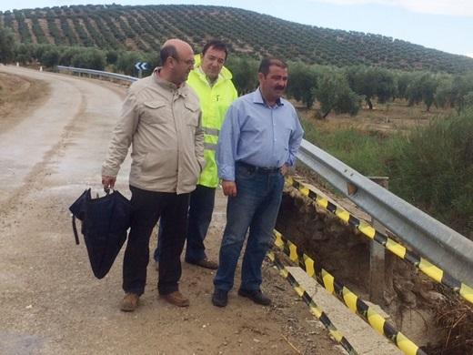 Castro, junto al alcalde de Arjona, han visitado la zona donde se llevará a cabo la intervención.