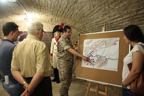 Un militar da explicaciones a los visitantes, en Andújar.