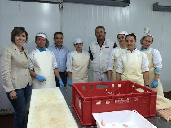 """María Angustias Velasco y Paco Huertas, durante su visita a la empresa """"Elaborados y Precocinados El Lince""""."""