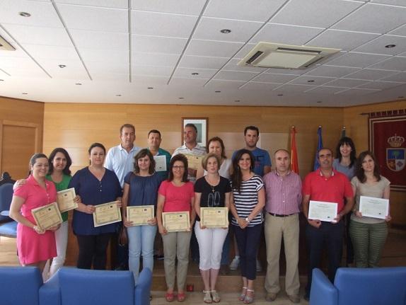 Yolanda Caballero junto a los alumnos del taller de empleo de Lahiguera.