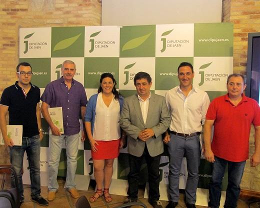 En el centro Francisco Reyes y Ángeles Férriz junto a representantes de las cooperativas beneficiarias.