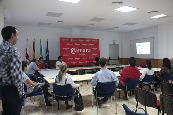 Los alumnos asisten al curso organizado por la Cámara de Comercio de Andújar.
