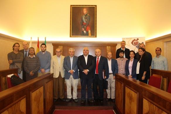 El alcalde de Andújar, Jesús Estrella, junto a los representantes de empresas de Andújar.