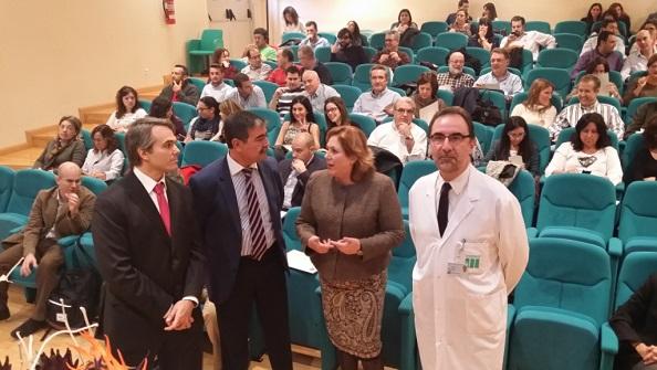 La delegada territorial de Igualdad, Salud y Políticas Sociales, Ángeles Jiménez, en el Hospital de Andújar.