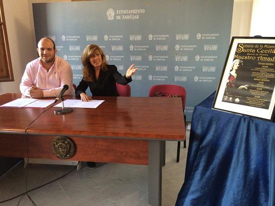 La concejala de Educación, Rosa María Fernández de Moya, y el secretario de la banda, Fernando López.