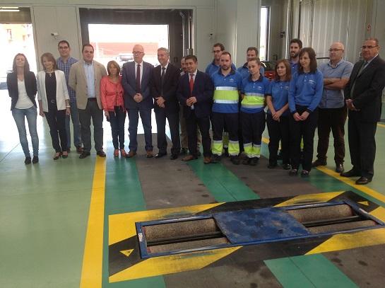 El consejero de Economía, José Sánchez Maldonado, junto a demás autoridades y empleados.