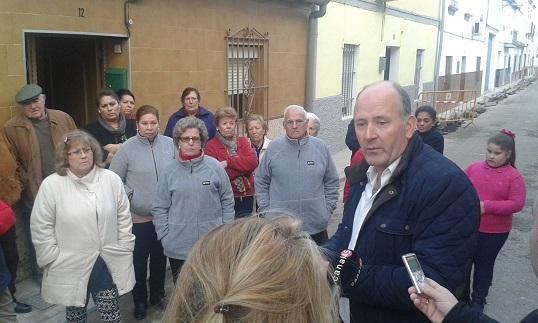 El concejal socialista, Luis Salas, se dirige a los vecinos de estas calles.