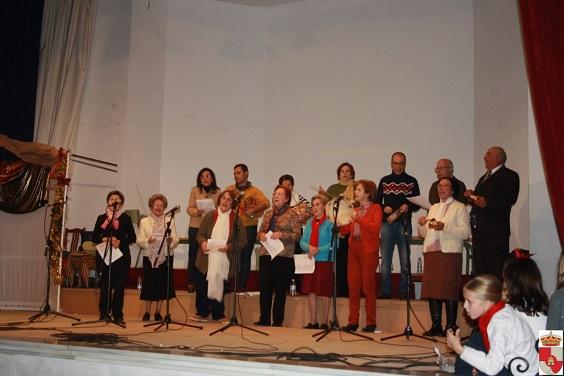Vecinos de Villanueva de la Reina cantando las mononas.