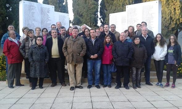 Decenas de militantes y simpatizantes de la Agrupación Local Socialista en el Cementerio de Andújar.