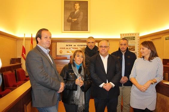 La delegada del Gobierno, Purificación Gálvez, acompañada de Ana Cobo,  Jesús Estrella y demás concejales.