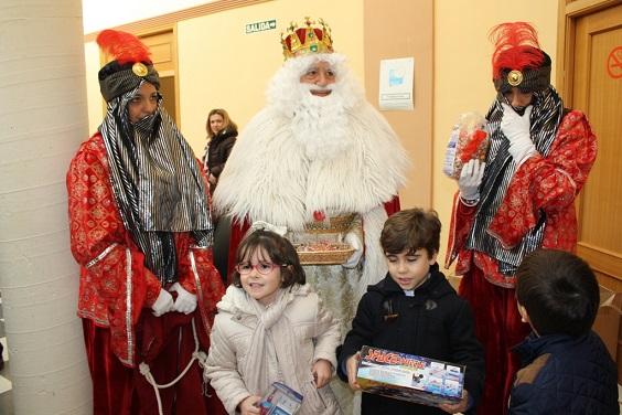 Los Reyes Magos reparten regalos en Andújar.