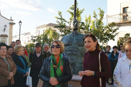 María Luisa Pérez e Isabel Uceda pronuncian sus discursos ante la escultura.