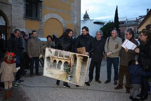 El ganador del certamen posa con su obra en Andújar.