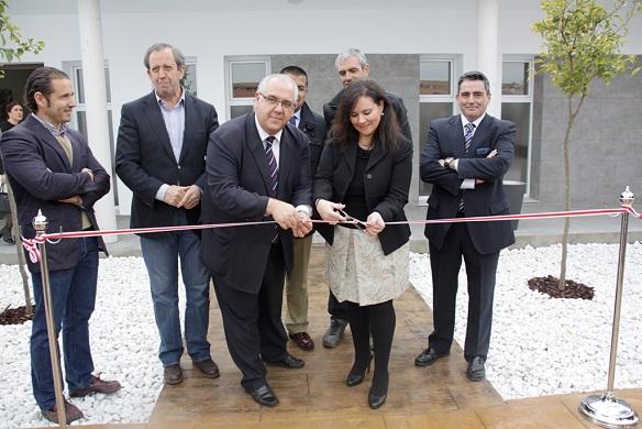 El alcalde de Andújar, Jesús Estrella, corta la cinta inaugural.