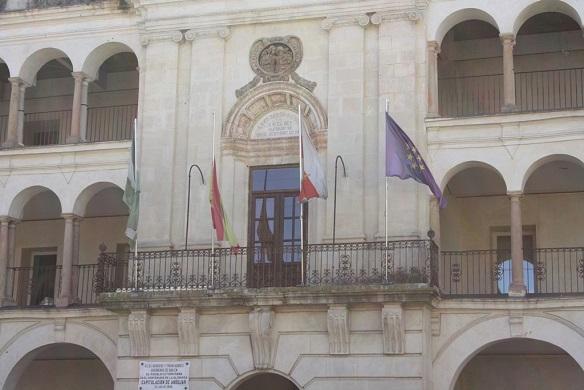 La bandera nacional en el Ayuntamiento de Andújar ondea a media asta.