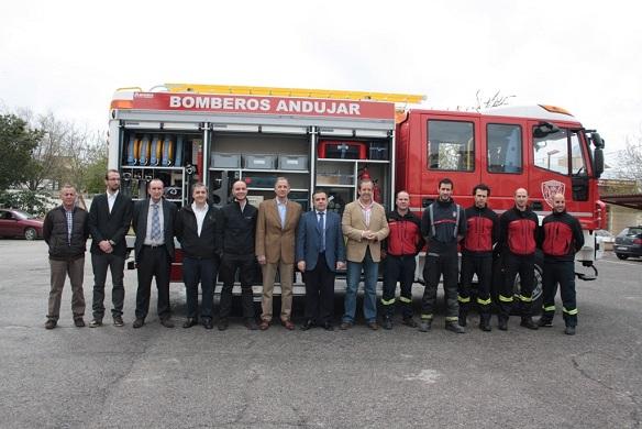 El concejal de Seguridad y Tráfico, Francisco Carmona, junto al jefe en funciones del parque de Bomberos, Manuel Fernández, y representantes de la empresa Iveco Magirus.