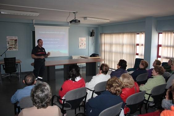 Impartición del taller dedicado a la prevención y extinción de incendios domésticos.