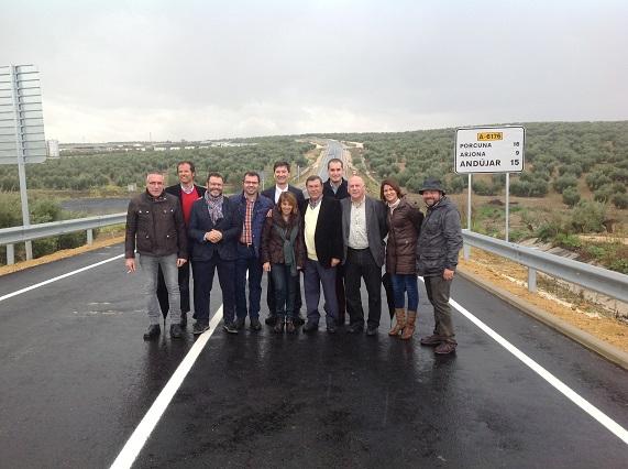 Autoridades asistentes a la inauguración de la Variante de Arjonilla.