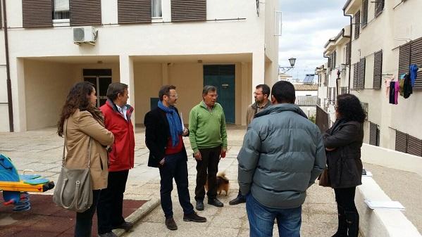 El delegado territorial de Fomento, Vivienda, Turismo y Comercio, Rafael Valdivielso, en su visita a Arjonilla.