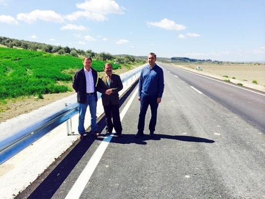 José Castro y Blas Alves recorren la nueva carretera que une Villanueva de la Reina con Lahiguera.