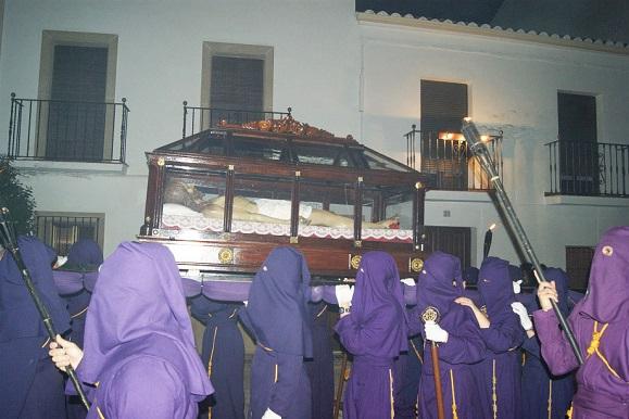 Silencio conmovedor ante la muerte de Cristo, en Lopera.