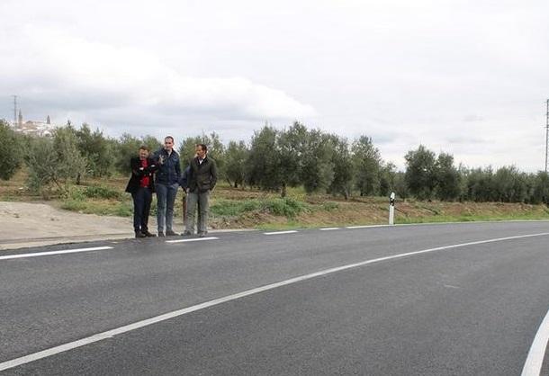 Rafael Valdivielso, junto al alcalde de Arjona, Juan Latorre, durante la visita a las mejoras acometidas en la A-321.