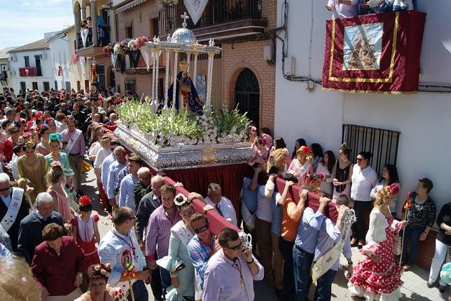 La Morenita estuvo arropada por centenares de loperanos en su desfile procesional.