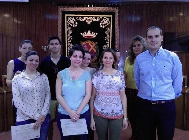 La delegada territorial de Economía, Innovación, Ciencia y Empleo, Ana Cobo, ha entregado los diplomas, junto con el alcalde de Arjona, Juan Latorre.