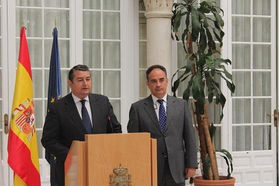 El delegado del Gobierno en Andalucía, Antonio Sanz, junto con el presidente de la CHG, Manuel Romero.