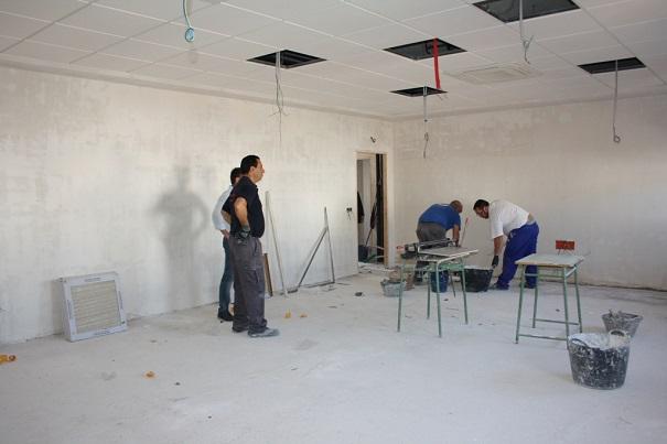 Trabajadores poniendo suelo en la Casa de la Cultura, de Andújar.