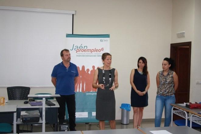 La concejal de Promoción, Formación y Comercio, Encarna Camacho, presenta este curso a los asistentes.