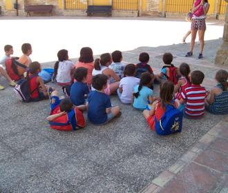 Los niños aprenden y se divierten en la Escuela de Verano.