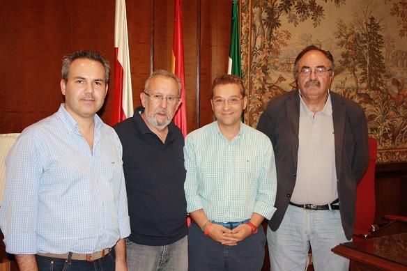 El alcalde de Andújar, Paco Huertas, y el concejal de Presidencia, Jesús del Moral, junto a algunos miembros de esta asociación.