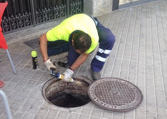 Tratamiento de desinsectación en una calle de Andújar.