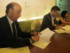 Vicente Oya, Francisco Reyes y Francisca Rodríguez durante la firma del convenio.