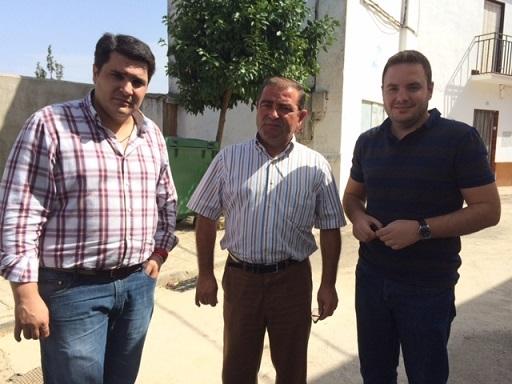 José Castro durante la visita a Marmolejo acompañado de su alcalde y de un técnico del Ayuntamiento.